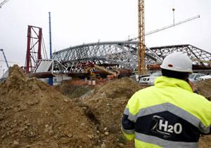 Vista desde el margen del recinto Expo, del pabellón-puente de la arquitecta Zaha Hadid que finalizó el pasado lunes la fase de ensamblaje de las dos orillas del río Ebro o los pabellones de España y Aragón. (Foto: EFE)