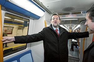 Rajoy, junto a Pedro J. Ramírez, en el Metro hacia la estación de Moncloa.