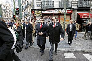El líder del PP y el director de EL MUNDO, en la calle de Génova. (Foto: José Aymá)
