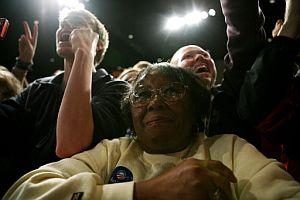 Partidarios de Obama escuchan al candidato tras su victoria en Carolina del Sur. (Foto: AFP)