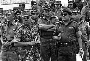 El general Suharto, segundo por la izquierda con gafas, junto a varios mimebros del Ejército. (Foto: AFP)