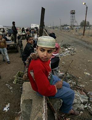 Un niño palestino en la frontera de Gaza. (Foto: AP   Lefteris Pitarakis)