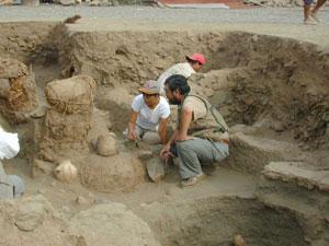 Los arqueólogos examinan una de las momias halladas en Puruchuco. (Foto: Universidad Católica de Lima)
