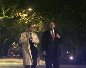 Pedro J. Ramírez y Rajoy conversan en el Paseo de la Alameda. (Foto: J. A.)