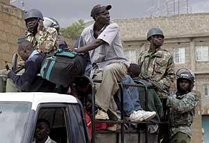 La policía transporta a un lugar seguro a los habitantes de Naivasha. (Foto: EFE)