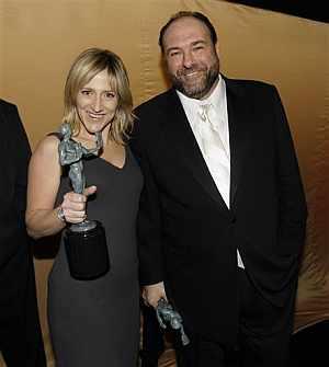 El 'matrimonio' Soprano logró los premios a los mejores actores dramáticos en televisión. (AP)