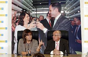 La ministra de Medio Ambiente, Cristina Narbona, acompañada por el presidente de Canales del Taibilla, Isidoro Carrillo. (Foto: EFE)