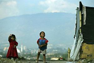 Niños salvadoreños juegan en el basurero en el que viven. (Foto: EFE)