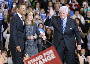 Edward y Caroline Kennedy, junto a Obama. (Foto: AFP)