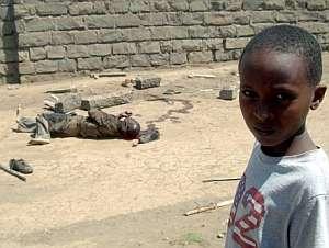 Un niño pasa junto al cadáver de un niño en Naivasha. (Foto: EFE)