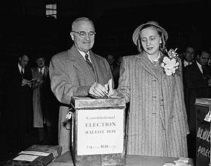 El presidente Harry Truman votando junto a su hija Margaret en 1946. (Foto: AP)