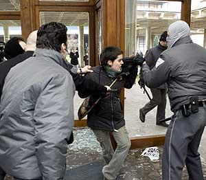 Varios agentes de seguridad sacan a una estudiante del edificio del rectorado. (Foto: Carlos García)