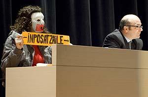 Un estudiante disfrazado despliega una pancarta. (Foto: Carlos García)