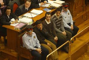 El principal acusado, primero por la izquierda, junto a los otros dos el primer día de juicio. (Foto: Antonio Moreno)