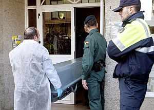 Los servicios funerarios retiran los restos de la mujer asesinada en Cangas. (Foto: EFE)