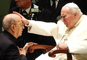 Maciel, junto a Juan Pablo II, en 2004. (Foto: AP)