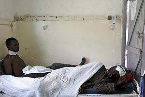 Dos hombres atentidos por MSF. (Foto: EFE)
