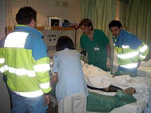 Facultativos médicos atienden a la mujer herida. (Foto: CAM)