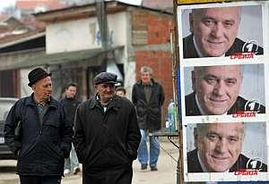 Dos hombres pasan junto a carteles del candidato del Partido Radical Serbio, Tomislav Nikolic, en un pueblo de Kosovo. (Foto: AFP)