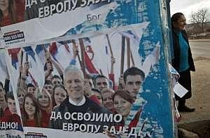 Un cartel con la foto del actual presidente de Serbia y candidato del Partido Democrático, el pro europeo Boris Tadic. (Foto: AFP)