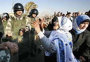 Una mujer protesta ante unos policías egipcios por el cierre de la frontera. (Foto: REUTERS)