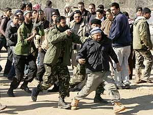 Un policía de Hamas se lleva arrestado a un palestino cerca de la frontera. (Foto: REUTERS)