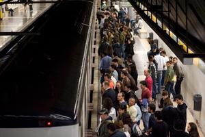 Usuarios del Metro de Barcelona entrando a uno de los convoyes. (Foto: Santi Cogolludo)