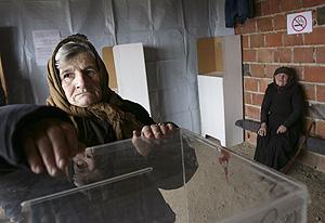 Una mujer vota en la localidad de Slivovo, cerca de Pristina. (Foto: REUTERS)