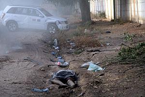 Un rebelde chadiano muerto en un camino cerca de la capital. (Foto: AFP)