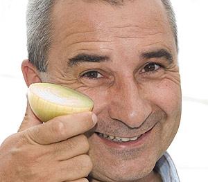 El investigador Colin Eady con su cebolla modificada para no hacer llorar. (Foto: AFP)
