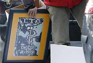 El anagrama de ETA en 'petit point' que guardaba Barrena en su casa. (Foto: EFE)