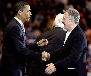 Barack Obama saluda al actor Robert DeNiro (dcha) durante un acto electoral en East Rutherford. (Foto: EFE)