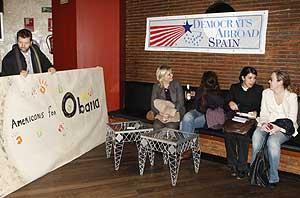 Varios estadounidenses residentes en Madrid asisten a la convocatoria de 'Democrats Abroad'. (Foto: EFE)