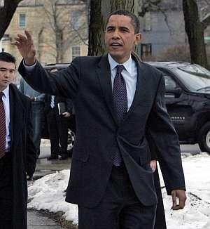 Obama saluda antes de entrar en el colegio de primaria de Chicago donde ejerció su derecho al voto. (Foto: AP)