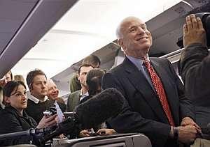 El republicano McCain posa con los periodistas en el avión que le traslada a California, donde vivirá el desenlace del día. (Foto: AP)