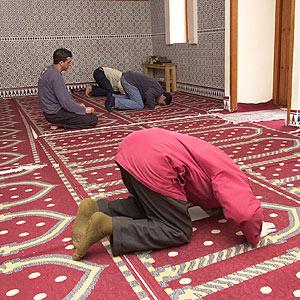 Musulmanes en una mezquita de Palma. ( Foto: Pep Vicens)
