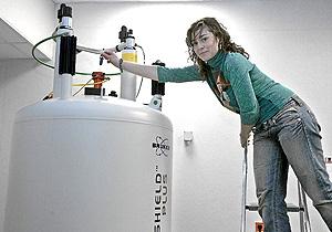 Beatriz Jiménez trabaja con un programa del Ministerio en el Centro de Investigación Príncipe Felipe de Valencia. (Foto: BENITO PAJARES).