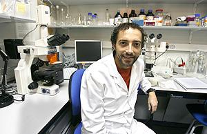 Paco Rausell prepara su tesis en la Facultad de Biología de la Universitat de València, aunque su campo de operaciones está en la Facultad de Medicina. (Foto: ALBERTO DI LOLLI).