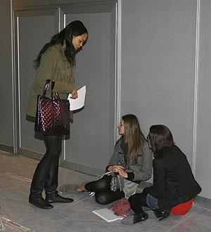 Tres modelos esperan su turno para pesarse. (EFE)