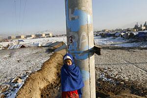 Una niña en un campo de refugiados cercano a Kabul. (Foto: AP)