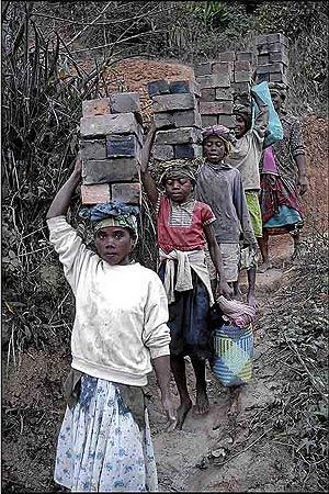Cuatro jóvenes, transportando ladrillos en Fianarantsoa, en Madagascar. (Foto: Benito Pajares)