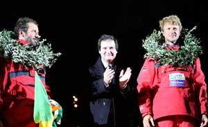 Los vencedores flanqueando al alcalde de Barcelona, Jordi Hereu. (Foto: Reuters)