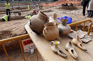 Restos arqueológicos hallados en las obras de un aparcamiento de la calle Ruaya de Valencia. (Foto: EFE)