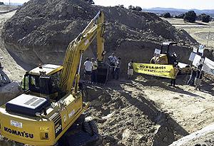Imagen de una protesta de ecologistas en las obras de la carretera de los pantanos. (Julián Jaén)