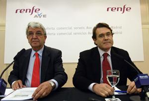 El presidente de Renfe, José Salgueiro (izquierda), y el director general de servicios de Alta Velocidad-Larga Distancia, Abelardo Carrillo, durante la presentación. (Foto: Domènec Umbert)