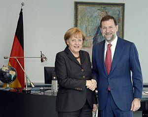 Mariano Rajoy saluda a Angela Merkel. (Foto: EFE)