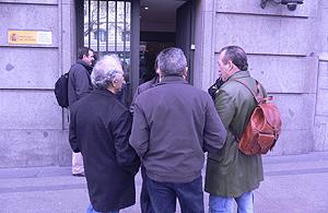 Algunas de las víctimas de la represión franquista que han acudido a Instituciones Penitenciarias a solicitar su expediente. (Foto: elmundo.es)