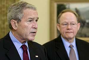 Bush, junto al director de Inteligencia Nacional, Michael McConnell. (Foto: EFE)