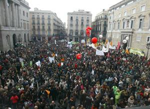 Panorámica de la marcha reivindicativa del profesorado y el alumnado de la escuela pública catalana. (Foto: Antonio Moreno)