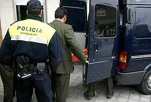 Empleados de los servicios funerarios introducen el cadáver de la mujer apuñalada en un furgón. (Foto: Efe)